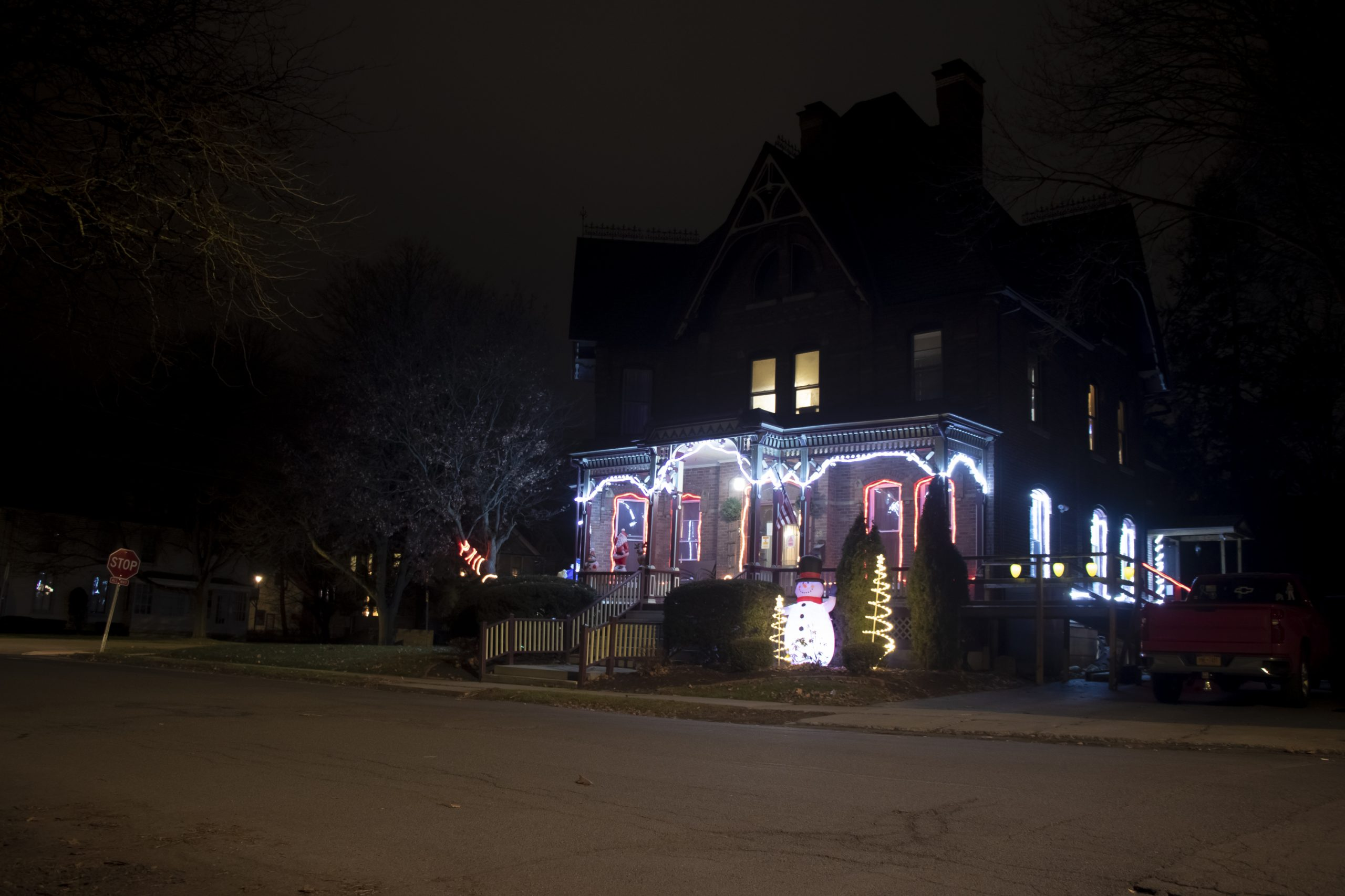 2020 HolidayDecorations OakElm 1 JPG lUI9Fa8K scaled - Ford Ave in the Decorative Spirit - Take a Look Tuesday